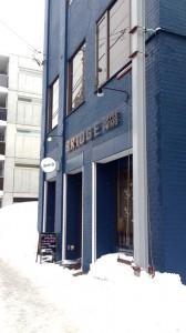 五号線沿いの青いカフェ