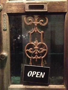 渋い年紀の入ったドア