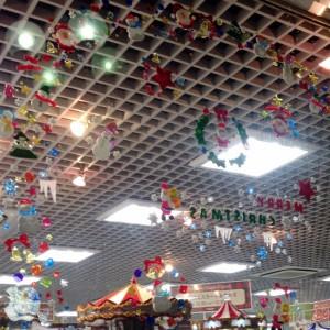 お店の窓にクリスマスのディスプレイ