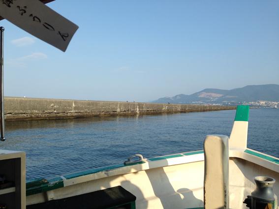 防波堤のおかげで防波堤内の波は静か。