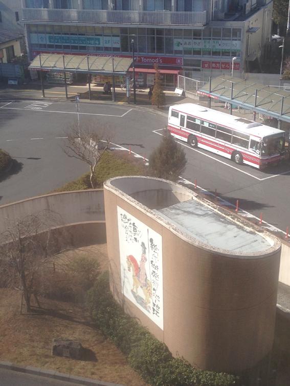 狛江エコルマホールの窓の外
