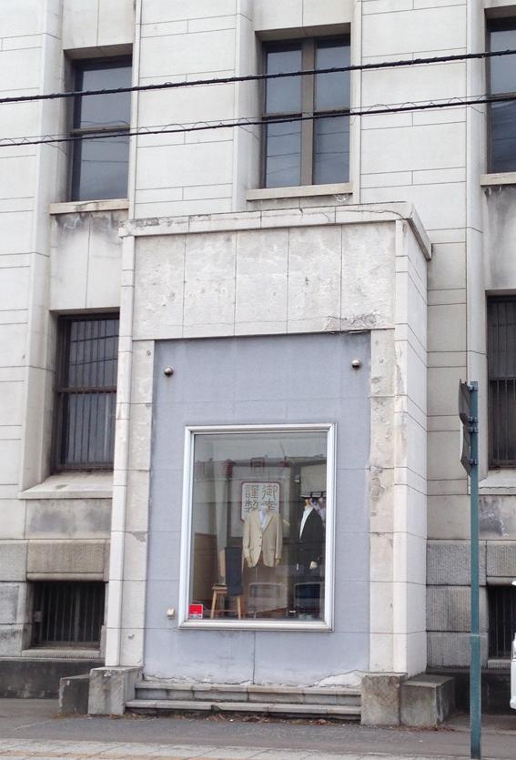 ディスプレイスペースがもとの銀行の入り口です
