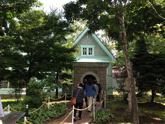 旧竹鶴邸の玄関は石造り