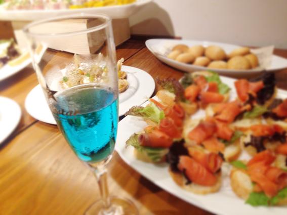 青いワインとお料理
