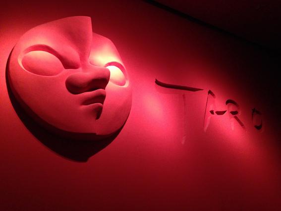 めっちゃインパクトのある赤い廊下