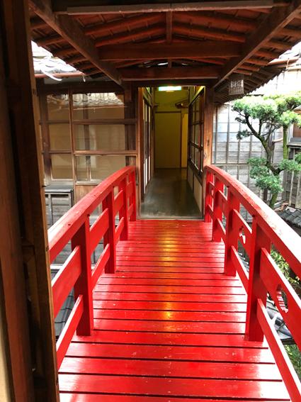 二階に掛かる赤い橋