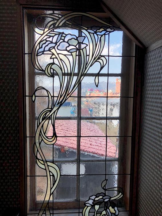 小窓にはステンドグラス