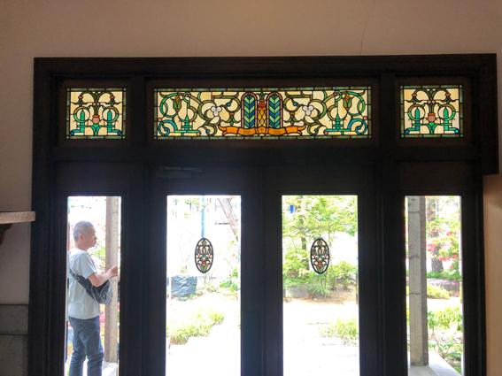 価値あるステンドグラスのついた玄関