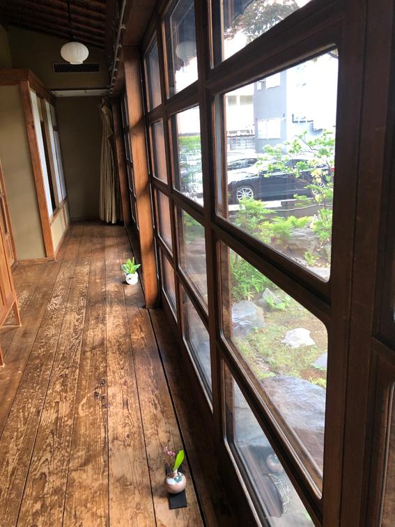 窓のアールが美しい縁側