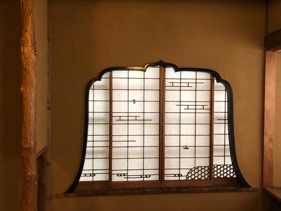 凝った形の障子窓