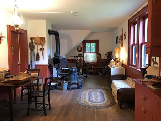 グリーンゲイブルスの居間の向かいの部屋