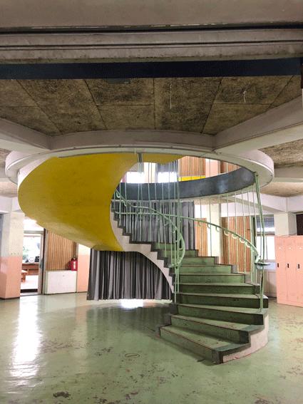 円形校舎の真ん中には螺旋階段が!