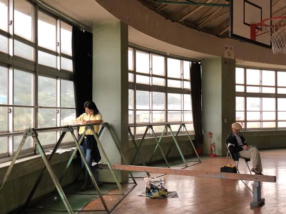 体育館で絵を描いている人が多かったです