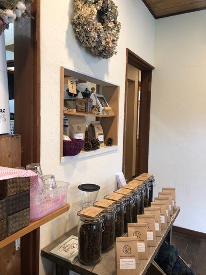 自家焙煎のコーヒー豆を売っています