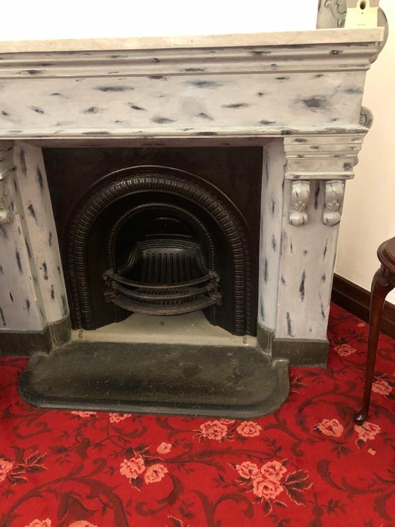 本物の大理石は天板のみの暖炉