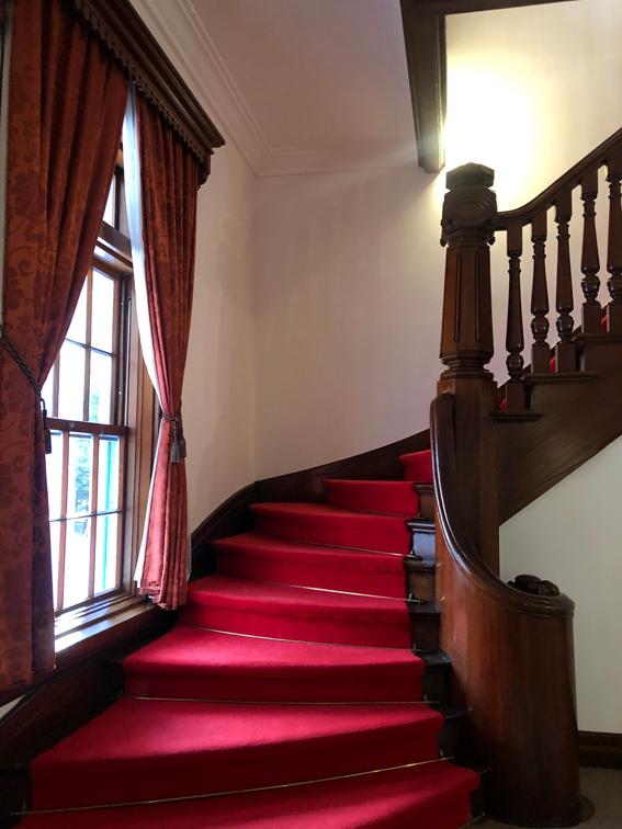 深紅の絨毯の敷かれた階段