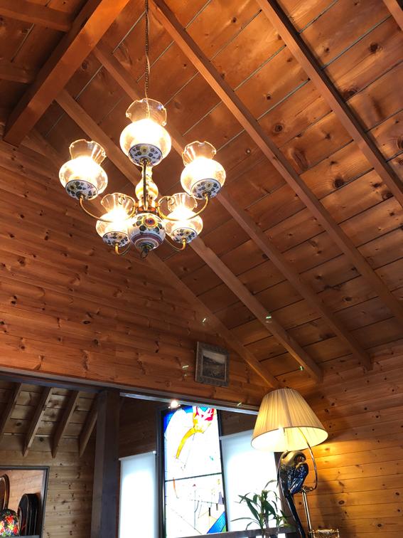 三角屋根の高い天井におしゃれなシャンデリア