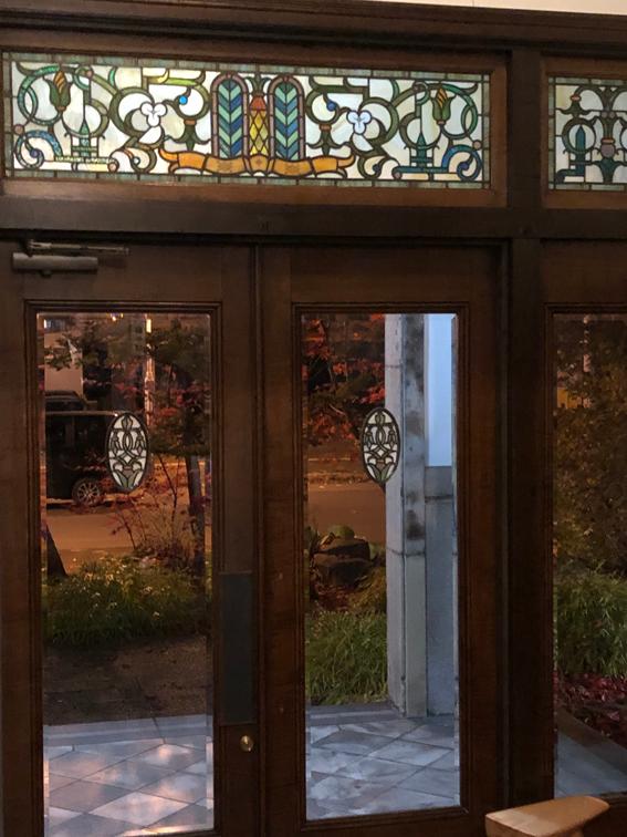 玄関の価値あるステンドグラス