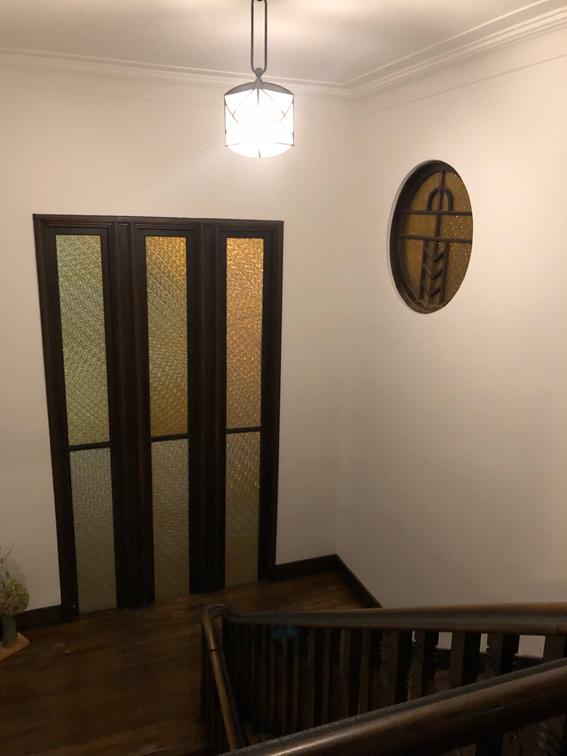 銅が入った細長いガラス窓