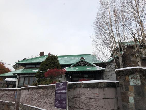 雪がうっすら積もった旧寿原邸