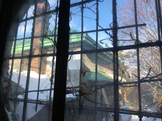 階段の丸窓から