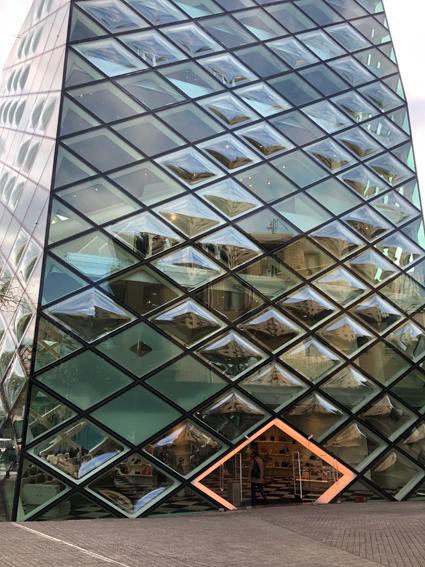 全面ガラスのプラダの建物