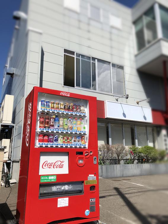 赤いコカ・コーラの自販機