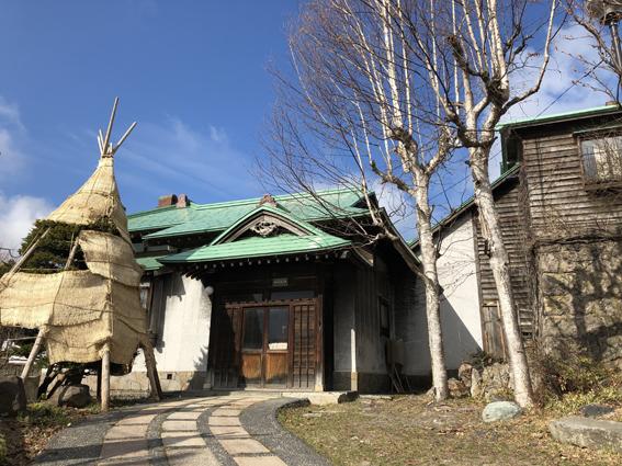 冬囲い撤去前の旧寿原邸