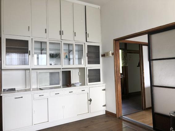 作り付けの白いキッチン棚