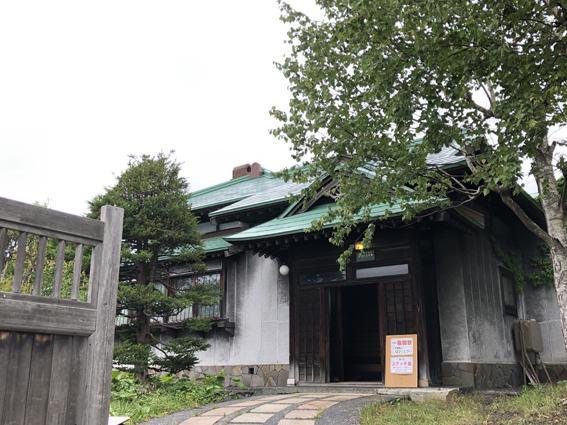 旧寿原邸は、屋根の色と形が独特です。