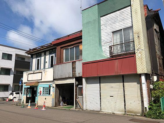 梁川通りの結構奥の長屋の一番左