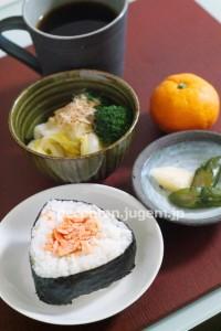 朝ごはんのおにぎりに〜ほぐした鮭は冷凍庫に常備しています^^